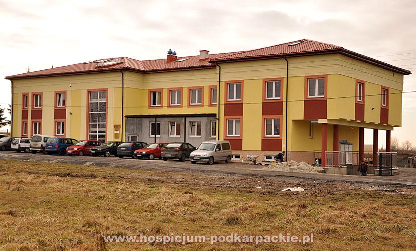 Trwają prace wykończeniowe, kończona jest elewacja budynku.